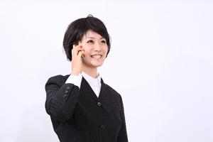 電話を掛ける女性の写真